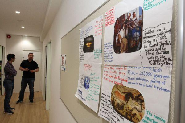 廊下には生徒の自由研究が張り出されていた=木場キャンパス(東京都江東区)