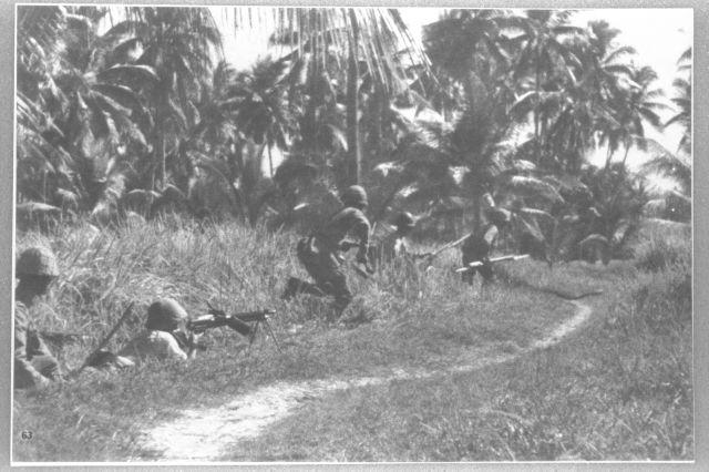 マレー半島で進軍する日本軍