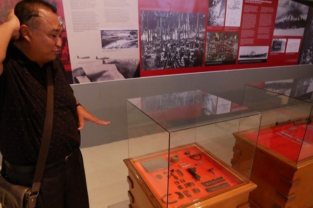 マレーシア・コタバルの博物館に展示されている戦時遺品は、ザフラニ・アルフィンさん(左)が自ら歩いて見つけた=2019年8月