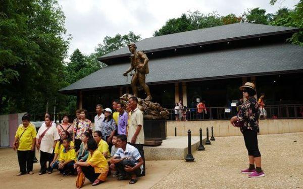 何もない空き地だった場所にできたどでかい「記念館」。亡くなったダイバーの銅像の前では、たくさんの人が記念撮影をしていた=2019年7月、タイ北部メーサイ