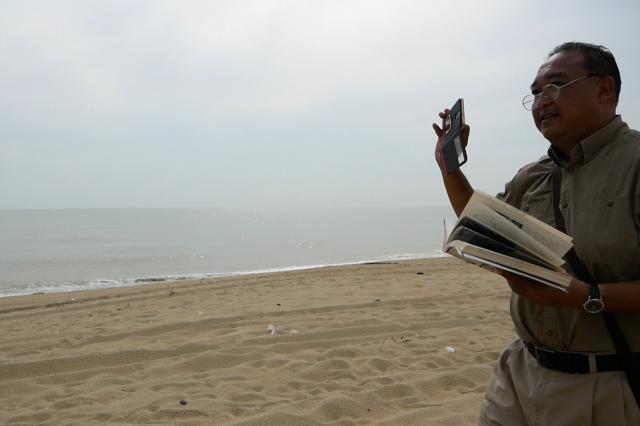 ザフラニ・アルフィンさんは、何度も何度も砂浜を歩き、戦時遺品を見つけたり、当時を知る人に話を聴いて回ったりしている=2019年8月、マレーシア・コタバル