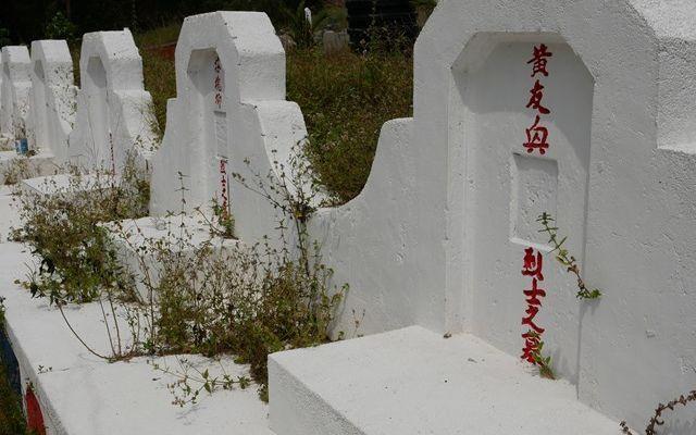 マレーシア・コタバルには中華系の人たちの墓地もある。ザフラニさんは、「我々マレー人とは違う感情がある。戦争には様々な見方がある」と話す=2019年8月