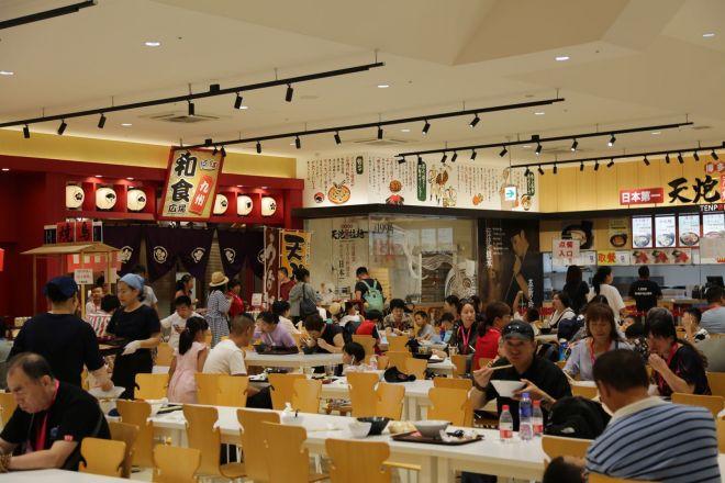 クルーズ船の観光客たちが賑わう九州国際観光広場の館内