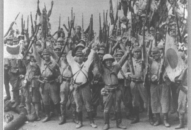 シンガポール島を陥落させ、喜ぶ日本軍