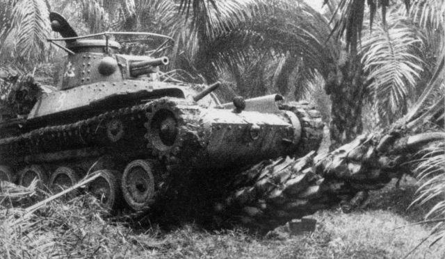 「マレー作戦」で、ヤシの木を倒しながら進む日本軍の戦車