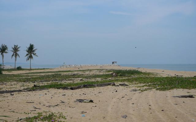 日本軍が上陸した、マレーシア・コタバルの砂浜。今は人も集まらず、波の音しかしない=2019年8月