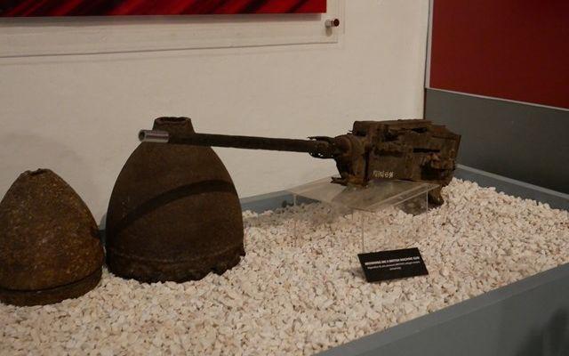 マレーシア・コタバルの博物館には、ザフラニ・アルフィンさんが寄付した戦時中の機関銃などが展示されている=2019年8月