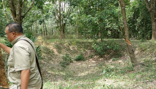 マレーシア・コタバルの森の中には、日本軍の爆撃の跡が穴になっていまだに残っている。「誰も訪れる人はいない」とザフラニ・アルフィンさんは言う=2019年8月