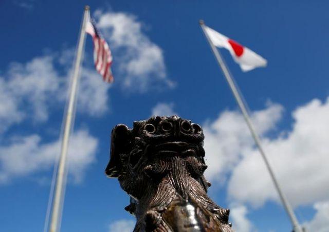 米軍キャンプ・フォスターに掲げられた日米の国旗=2016年6月、ロイター
