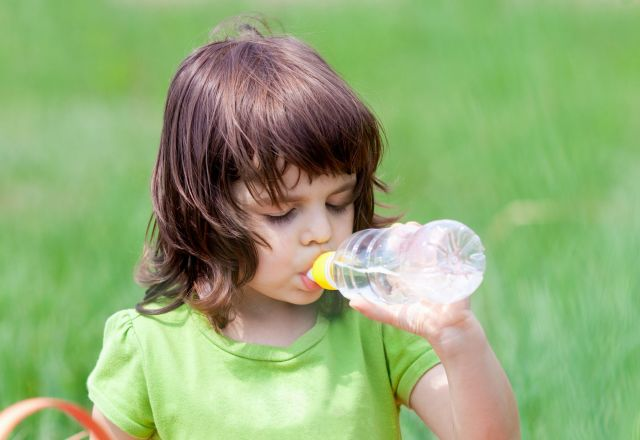 熱中症になってしまった場合は、水分補給などの応急処置が重要となる。主な症状と対応について、以下にまとめてみた。(画像はイメージ)