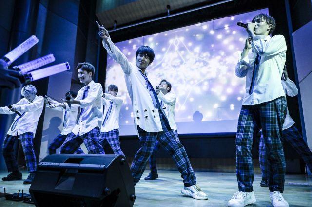 「VOYZ BOY」のライブの様子。前列右から2番目が村田さん