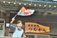 気仙沼市の唐桑町鮪立(しびたち)で、民宿「唐桑御殿つなかん」をきりもりしている菅野一代(かんの・いちよ)さん。大漁旗を振って客を見送る=東野真和撮影