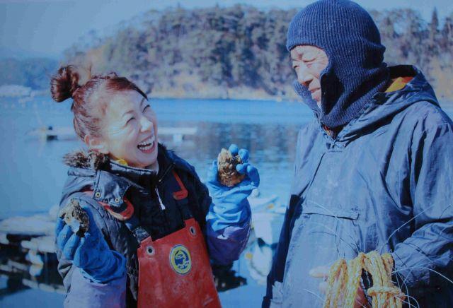 2017年2月、カキの作業をする菅野一代さん(左)と夫の和享さん=つなかん・菅野一代さん提供