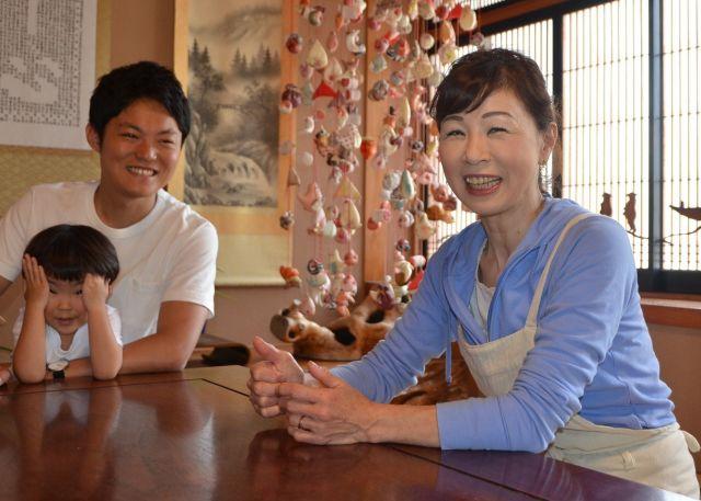 菅野さん(右)は、「生きづらさを感じている若者たちのために、どうして立ち直ったのか教えて欲しい」と遠慮がちに聞くと、「何かの役に立つなら」と時折り涙を浮かべながら、語ってくれました=東野真和撮影