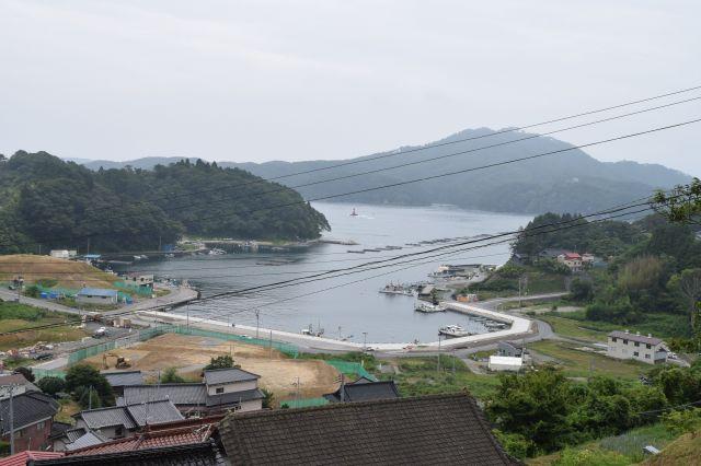 気仙沼市の唐桑町鮪立(しびたち)。海のそばに「御殿」という言葉がぴったりなくらい、屋根に黒い瓦がたくさん並ぶ立派な木造建築が建っています。このあたりでは、遠洋漁業の旅から戻った漁師がくつろぐために自宅を競って建てたそうですが、東日本大震災の津波で多くが被災して取り壊されました=2015年8月12日、加藤裕則撮影
