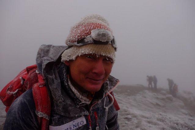 この夏、アフリカ最高峰キリマンジャロに娘の絵子さんと登頂したときの野口健さん。山頂は吹雪だった=7月、野口健事務所提供