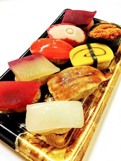 握り寿司に似せた「雛寿司」。羊羹などを使って作っています