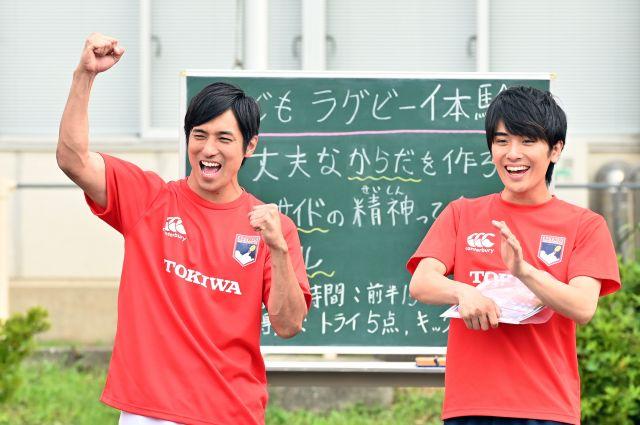 ラグビーチームのアシスタント・有馬真吾を演じる村田さん(右)。左はチーム主将の岸和田徹役の高橋光臣さん