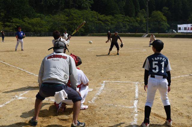 高齢者らが打席に立つと、走者は本塁横に立つ子どもたちが務める=岐阜県下呂市
