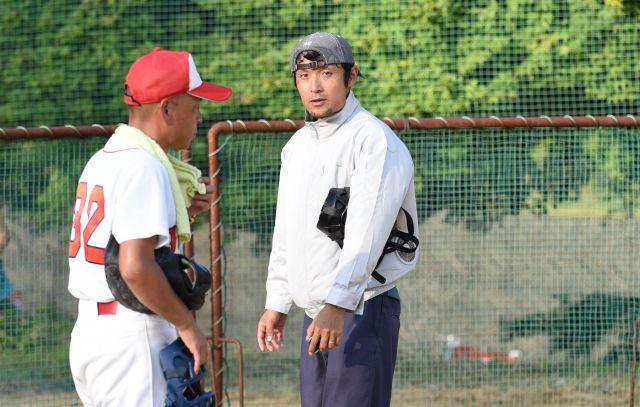 主審を24時間務めた細江健太郎さん(右)。腰付近に冷却ファンが付いた作業服で日中の試合をさばいた=岐阜県下呂市