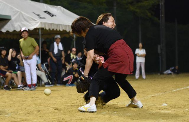 高校野球さながらの本塁で交錯する女性の部の選手たち=岐阜県下呂市