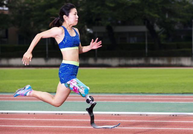 展示されている写真の一枚。義足で走る女性。