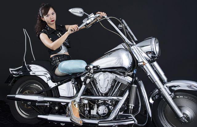 展示されている写真の一枚。義足の女性が大きなバイクに乗っている。
