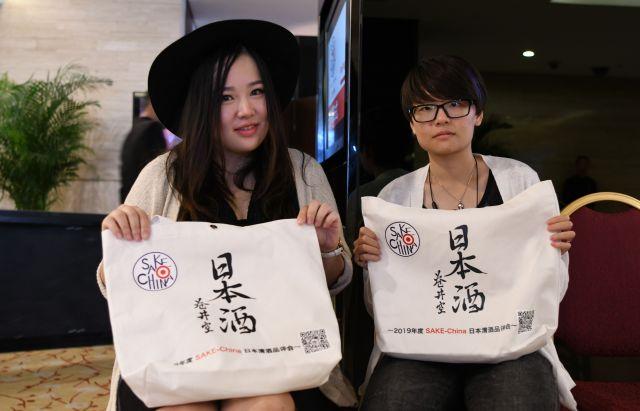 日本酒コンテスト「2019 SAKE-China」に参加していた程佳慧さん(左)と友人の姚凝致さん。2人は、暇さえあれば日本に旅行するというリピーター=冨名腰隆撮影