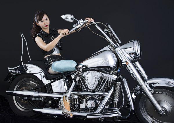 展示されている写真の一枚。義足の女性が大きなバイクに乗っている