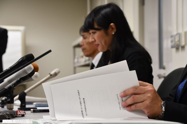 自殺した男子生徒の命日に開かれた記者会見で、父親(右)や越市長(中)が思いを語った=2018年10月11日、大津市役所、比嘉展玖撮影
