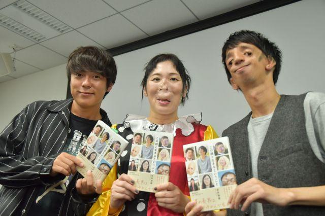 書籍「この顔と生きるということ」を手にほほ笑む、登壇者の3人