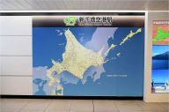 新千歳空港駅に設置された北海道と本州を重ね合わせた地図=2018年12月撮影、JR北海道提供