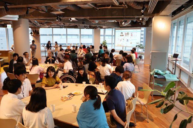 イベント後、会場を移して語り合う登壇者と参加者たち