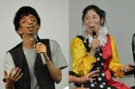 トークイベントに登壇した、トリーチャーコリンズ症候群の石田祐貴さん(左)と、動静脈奇形の河除静香さん。河除さんはイベント冒頭、自身の差別経験をテーマに、一人芝居も披露した=阿部健祐撮影