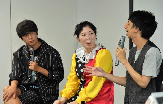 トリーチャーコリンズ症候群の石田さん(右)の発言に耳を傾ける、村本さんと河除さん