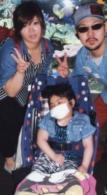 原田歩夢くんと両親。水族館で思い出づくりをした(原田瑞江さん提供)