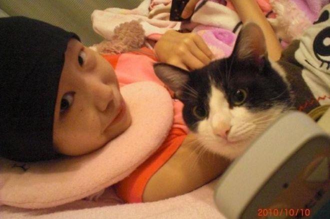 2010年10月10日、大好きなネコと写真に収まる清川千里さん(清川慶子さん提供)