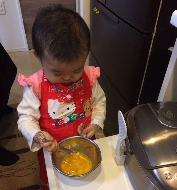 2018年2月4日、外泊のときにお母さんと一緒に自宅のキッチンで、卵と砂糖をかき混ぜてケーキ作りをする侑花ちゃん(添田さん提供)