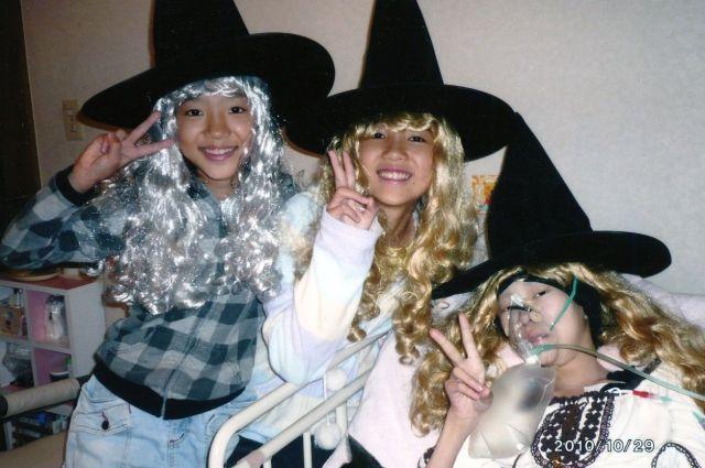 2010年10月29日、最初で最後のハロウィーン・パーティーをした清川千里さん(右)とともだち(清川慶子さん提供)