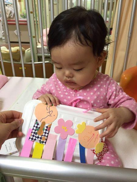 2016年3月3日、病院内の保育士さんと作ったひな祭りの男雛と女雛の作品(添田さん提供)