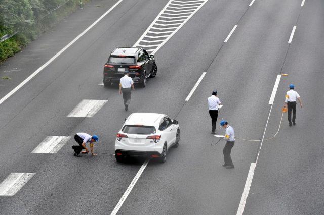 あおり運転の実況見分をする茨城県警(車のナンバー部分にモザイクをかけています)=2019年8月31日午前10時36分、茨城県守谷市大柏