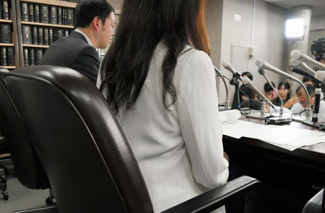 常磐自動車道で運転していた男性会社員があおり運転を受けた後に殴られた事件で、加害者の車に同乗していたとのデマ情報を流され、記者会見する女性(右)=2019年8月23日午後4時10分、東京・霞が関、諫山卓弥撮影