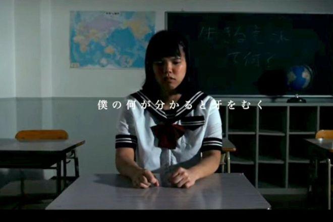 「助けて欲しいなんて誰にも言えなかった」の楽曲ビデオ。杉山あおいさんが女子中学生に扮した