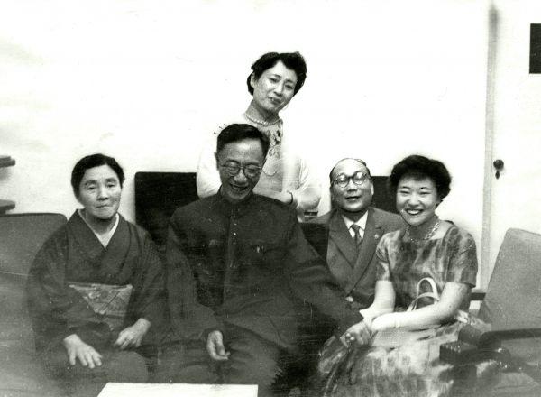 自宅でくつろぐ右から嫮生(こせい)さん、宮下さん、愛新覚羅溥傑氏、嵯峨尚子さん。後ろは浩夫人=1964年3月ごろ撮影、中国・北京の溥傑宅