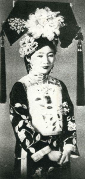 正装した皇弟愛新覚羅溥傑氏の浩夫人
