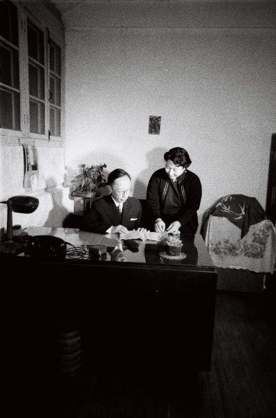 書斎の愛新覚羅溥傑氏と浩夫人=北京、1963年11月8日