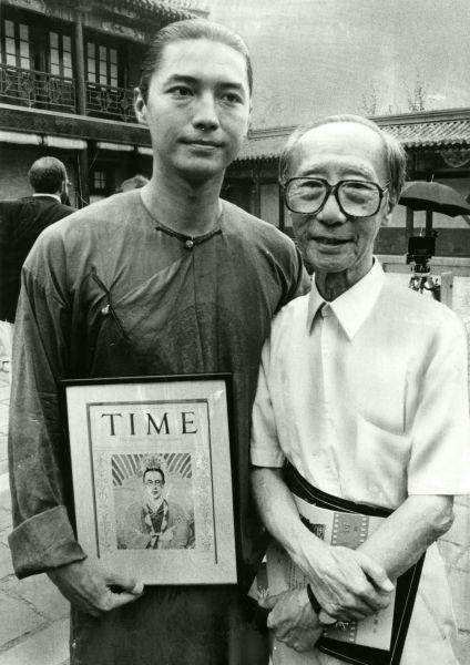 映画で清朝最後の皇帝溥儀を演じるジョン・ローンさんと溥儀の実弟の愛新覚羅溥傑氏(右)=1986年9月ごろ撮影
