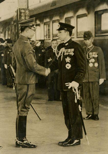 高松宮宣仁親王が旧満州国へ 溥儀と握手=1942年5月28日、中国・旧満州国の新京駅(現・長春)