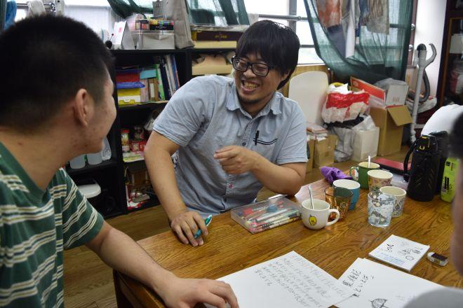 フリースクール「ネモ」で、学校に行けなくなった子どもと談笑する前北海さん(右)=丹治翔撮影