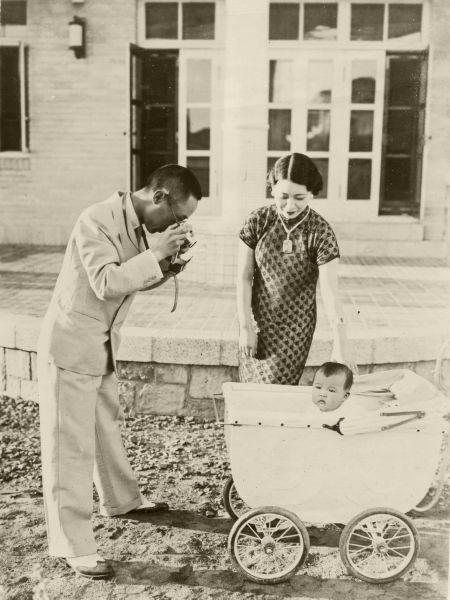 乳母車に乗った満6カ月の慧生ちゃんをライカカメラに収める愛新覚羅溥傑氏。中央は浩夫人=1938年8月ごろ撮影、満州新京・溥傑公館